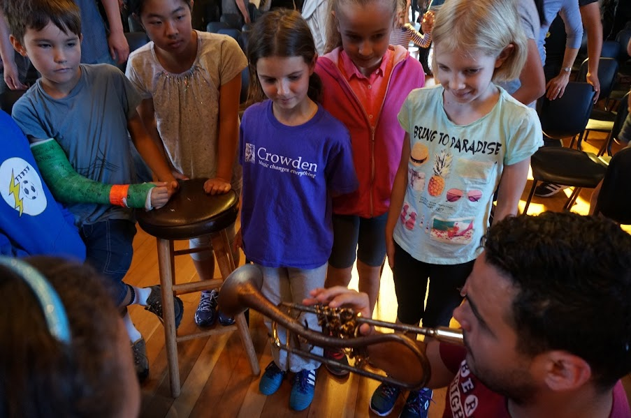 Gabriel Gutiérrez, trompetista del Ensamble 7/4 contagió de pasión por la música a los niños del Longfellow Middle School en Berkeley.