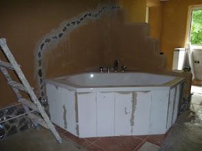 Photo: Der Fliesenleger hat gestern die Vorwand vor die Badewanne gemauert. :-)