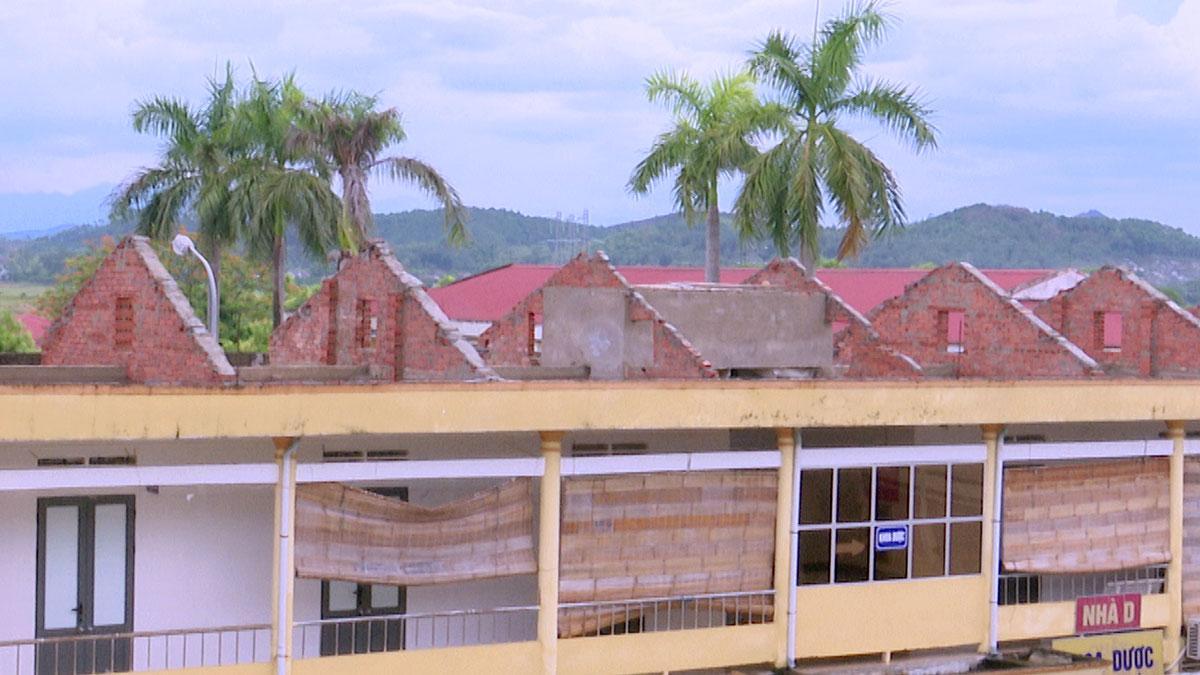 Hà Tĩnh: Lốc xoáy quật đổ 40 cột điện, 200 hộ bị ảnh hưởng - Ảnh 2