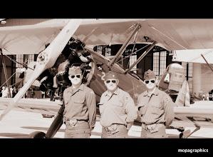 """Photo: devant le Boeing """"Stearman"""" PT17, c'était quoi le film déjà !"""