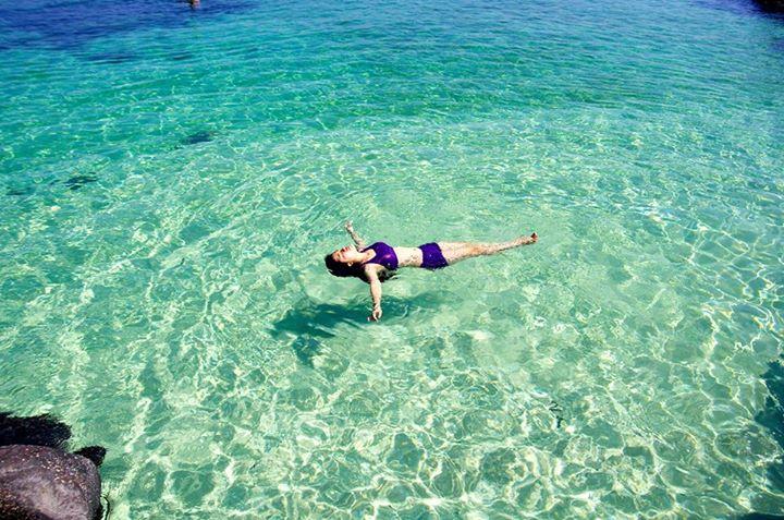 Thả mình vào làn nước xanh trong của biển Lý Sơn