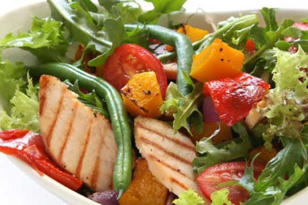 Salada Tropical de Frango com Rúcula