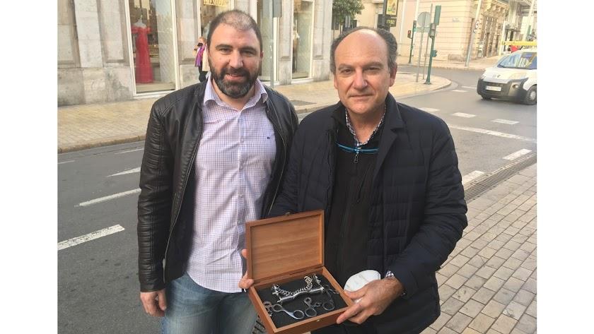 Raúl Enrique y Rafael Monterreal sosteniendo el ingenio de su autoría.