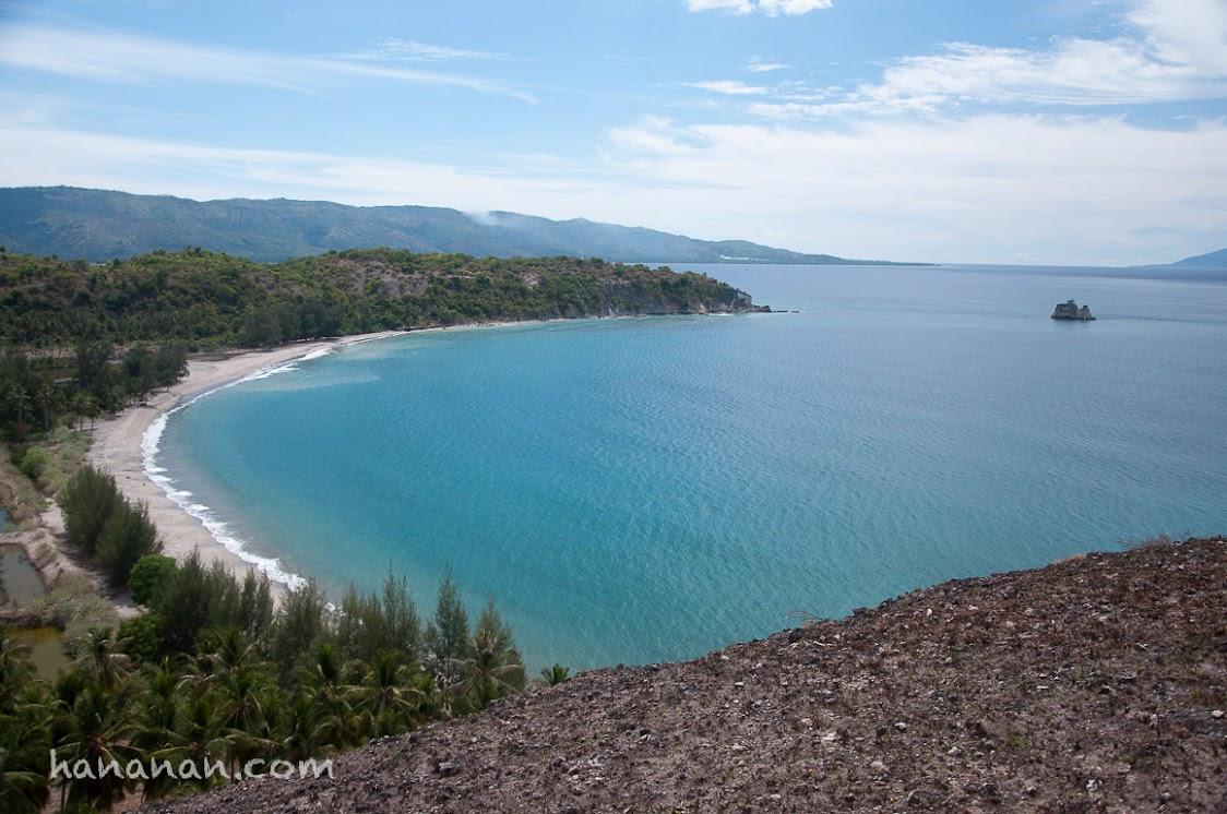 Teluk Kuta Leubok berujung pada pulau kecil yang dipercayai sebagai kapal Amat Rhang Manyang. Legenda anak durhaka versi Aceh.