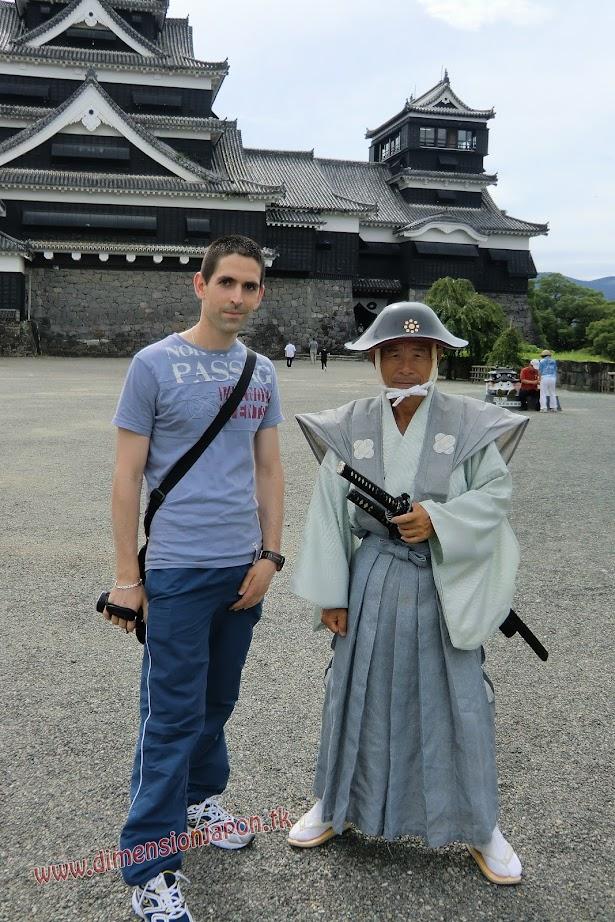 CIMG1479 Con el Sr Samurai del Castillo de Kumamoto (Kumamoto) 15-07-2010