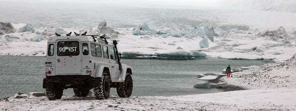 Photo: Uno dei nostri Land Rover Defender 110 AT37 alla Laguna degli Iceberg di Jökulsárlón in inverno. www.90est.it