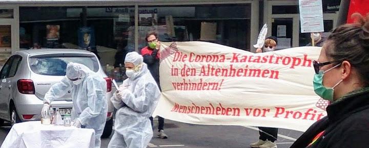 Demo: Pflegekräfte in Schutzanzügen, weitere Demonstrierende mit Schutzmasken, Transparent: «Die Corona-Katastrophe in den Altenheimen verhindern! Menschenleben vor Profit!»