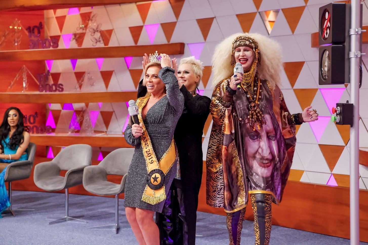 """Apresentadora é coroada """"Rainha das Trans"""""""