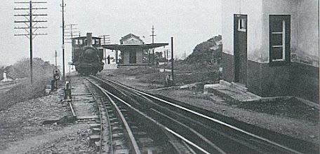 Photo: Estação do Meio da Serra, com trem saindo para Petrópolis. Foto sem data