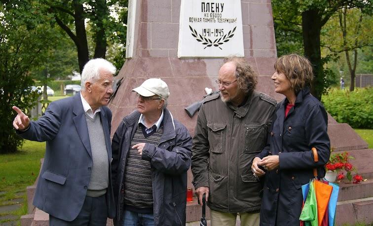 Dr. Naumow, Pfarrer Schwabedissen, Uwe Koopmann, Bettina Ohnesorge vor dem Obelisken in Stukenbrock