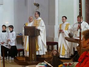 Photo: Pfarrer Beranek bergrüßt Kinder und Verwandte