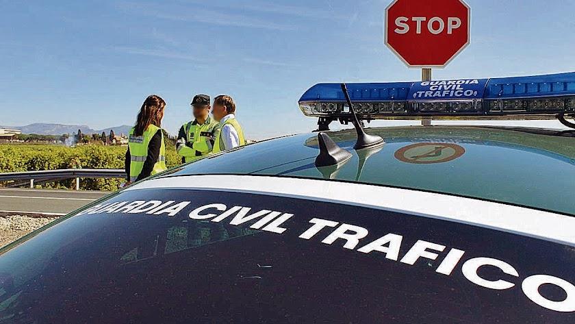 Agentes de la Guardia Civil en una imagen de archivo durante un control de tráfico.