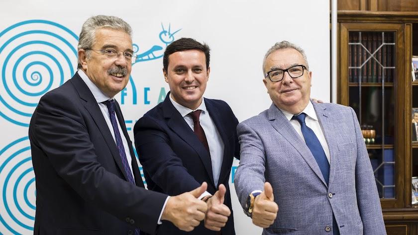 Juan Fernández-Aguilar, consejero delegado de LA VOZ, Javier A. García, presidente de la Diputación, y Pedro M. de la Cruz, director del periódico.