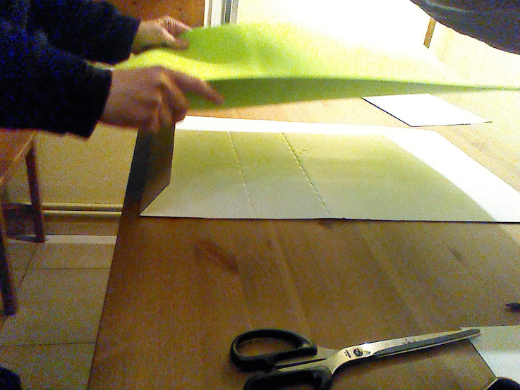 Colocaremos la goma eva encima de nuestro cartón, dejando dentro la lengüeta.