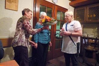Photo: Marliese überreicht ihr noch einen Blumenstraus