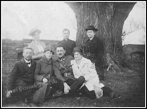 Photo: Zdjęcie z lat 20 przedstawiające grupę obywateli naszego miasta najprawdopodobniej przy murze otaczającym plac kościelny... Link do poprzedniej części galerii: https://picasaweb.google.com/Sanrideau/RudnikCd3#