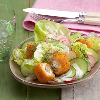 Gurken-Radieschen-Salat mit Kräuterfisch