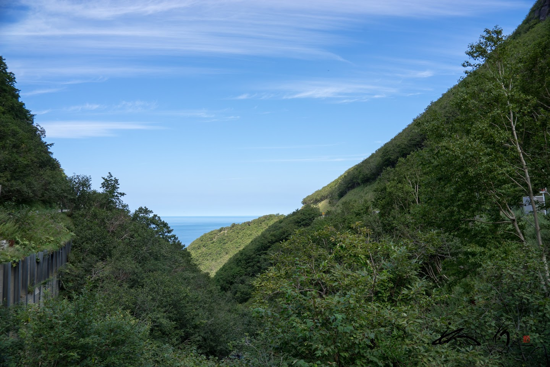 山の向こうにオホーツク海を望む。。。