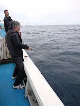 """Photo: すぐさま、また""""古賀さん""""にヒット! 「魚おるやっか~!おまえたちもさっさと釣らんか~!」"""