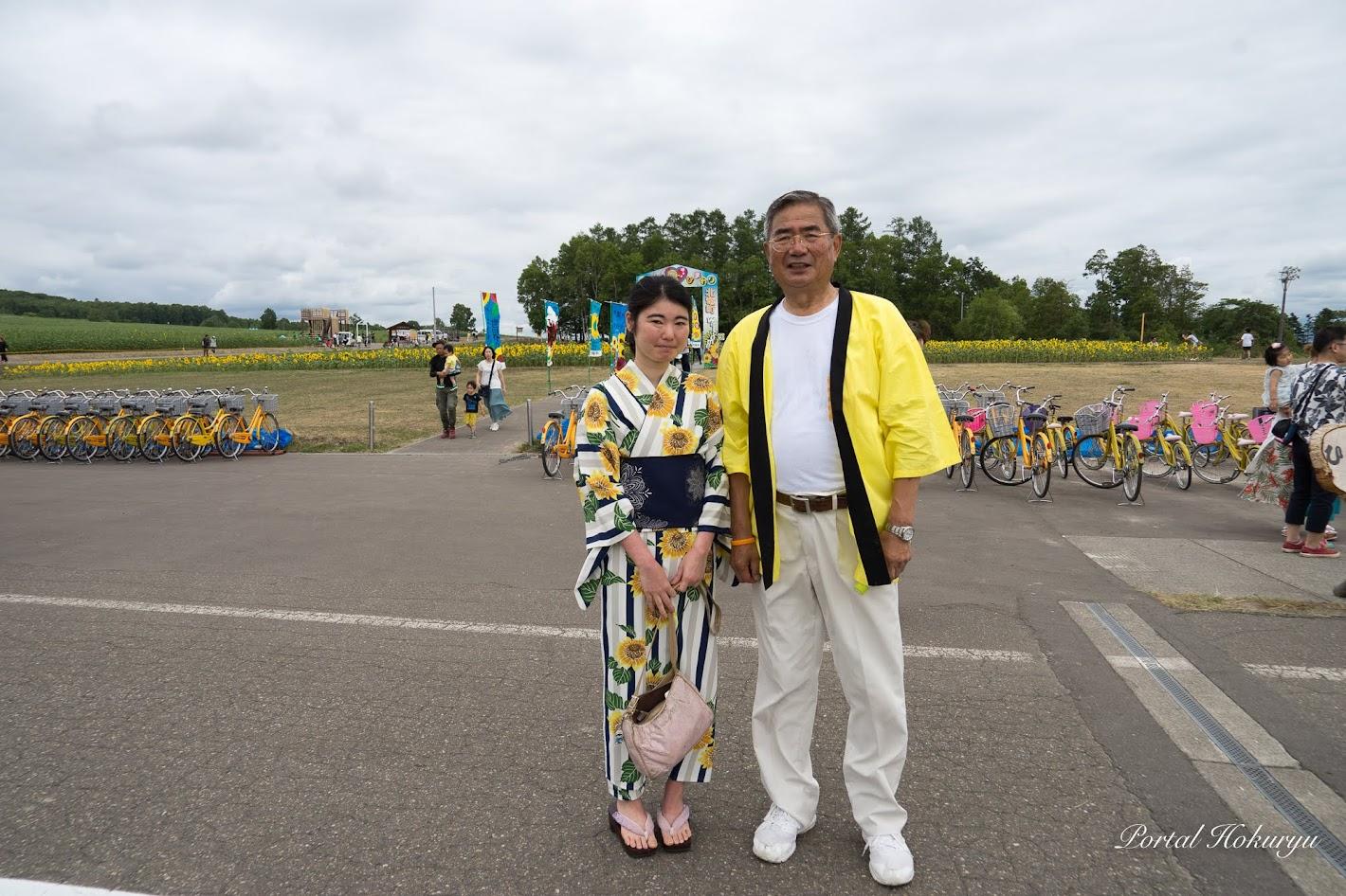 佐野豊 町長と一緒に記念撮影・井崎碧さん(北竜町在住)