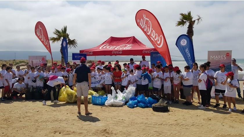 Participantes en la recogida de residuos en la playa de Punta Entinas.