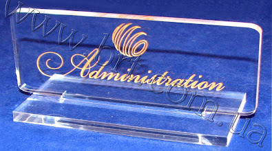 Photo: Информационная табличка на стол - Администратор. Прозрачный акрил, гравировка, золотая краска
