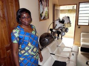 Photo: souriante, la directrice est heureuse devant ses nouveaux fauteuils et casques que le CTM a acheté d'occasion à ....Gouville/Mer