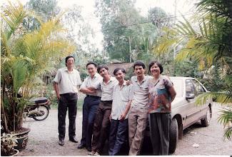 Photo: Trước khi đi Mỹ (1993) Từ trái qua phải Lê Minh Tú (CN ) Tuấn bạn của nhóm - Trần Văn Hai (CN) - Trầm Đắc Thắng (CN) - Võ Thanh Bình (CN) - Phan Thị Tuyết (CN)