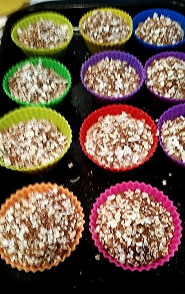 Spoon 2/3 batter to each muffin cup. Sprinkle oat topping evenly to each.