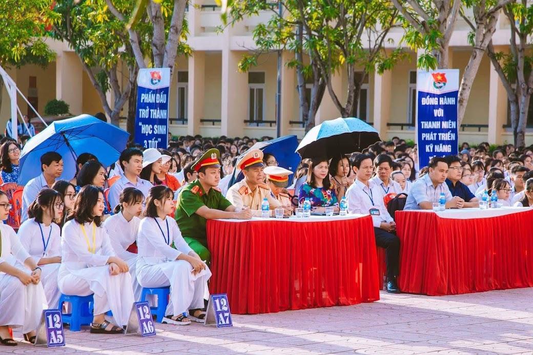 Các em học sinh trường THPT Huỳnh Thúc Kháng chăm chú lắng nghe