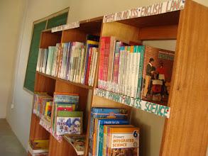 Photo: à l'intérieur de la bibliothèque de Busua.