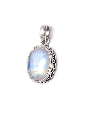 Regnbågsmånsten, ovalt hänge i silver