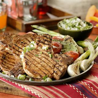 Chuletas Adobado con salsa fresca de cebolla y cilantro.