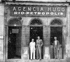Photo: Agência Hugo, aonde se compravam passagens para os ônibus que faziam a linha regular de Petrópolis ao Rio de Janeiro. Provavelmente foto da década de 30 ou 40