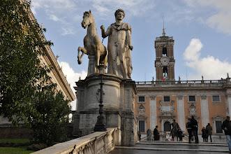 Photo: Po stranách schodiště při ústí na náměstí papež Řehoř XIII. v roce 1583 nechal umístit dvě velká sousoší Dioscúrů.