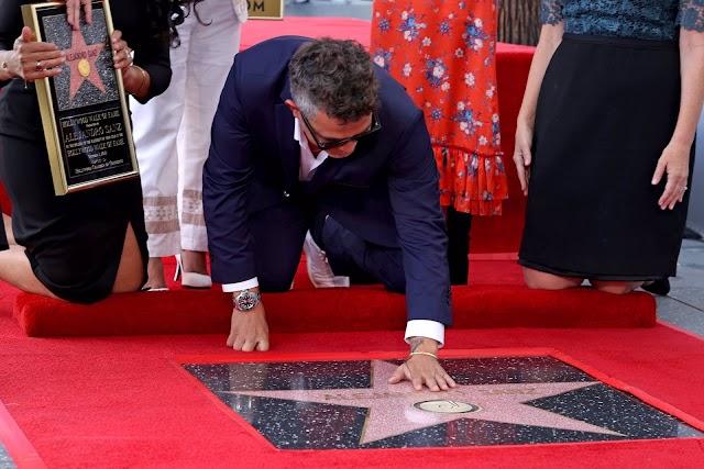 Alejandro Sanz grabando su mano en su estrella del Paseo de la Fama.