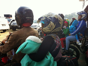 Photo: Las dos motos a mi lado en el ferry. Dos motos... ¡8 personas!