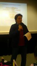 Photo: María Dolores González explicando su proyecto escolar.