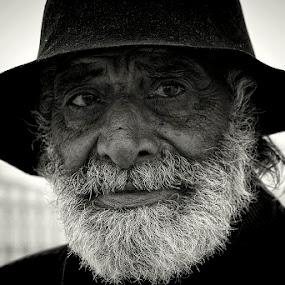 by Fernando Alves Fotografia - People Portraits of Men ( black and white, b&w, portrait, people, city, photography,  )
