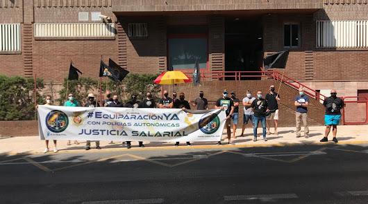 Concentración solidaria con los agentes atacados por narcos en Cádiz