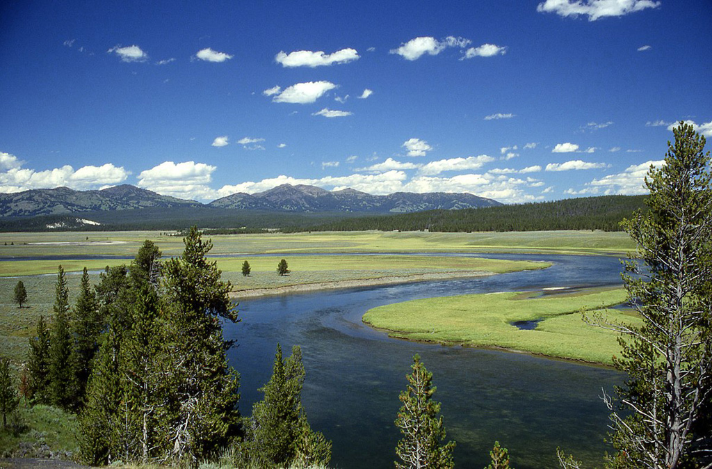 Yellowstone_River_in_Hay.jpg