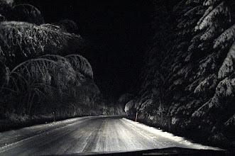 Photo: Jos sataa lisää märkää lunta, niin koivun latvat koskettavat pian tien pintaa.. 26.1.2012 Salmi -Lavia tie.. aurauskepeistä huomaat värikuvaksi ;)