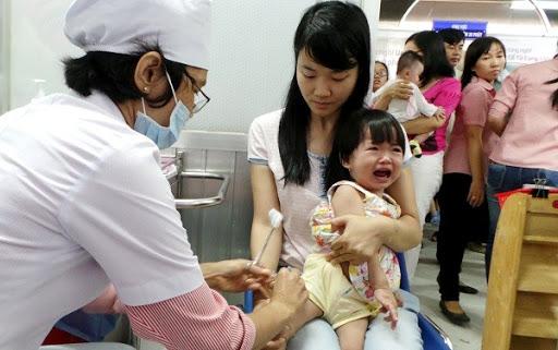 Hướng dẫn theo dõi bé sau tiêm vắc-xin phòng viêm não Nhật Bản