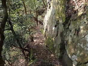 岩の端を進む
