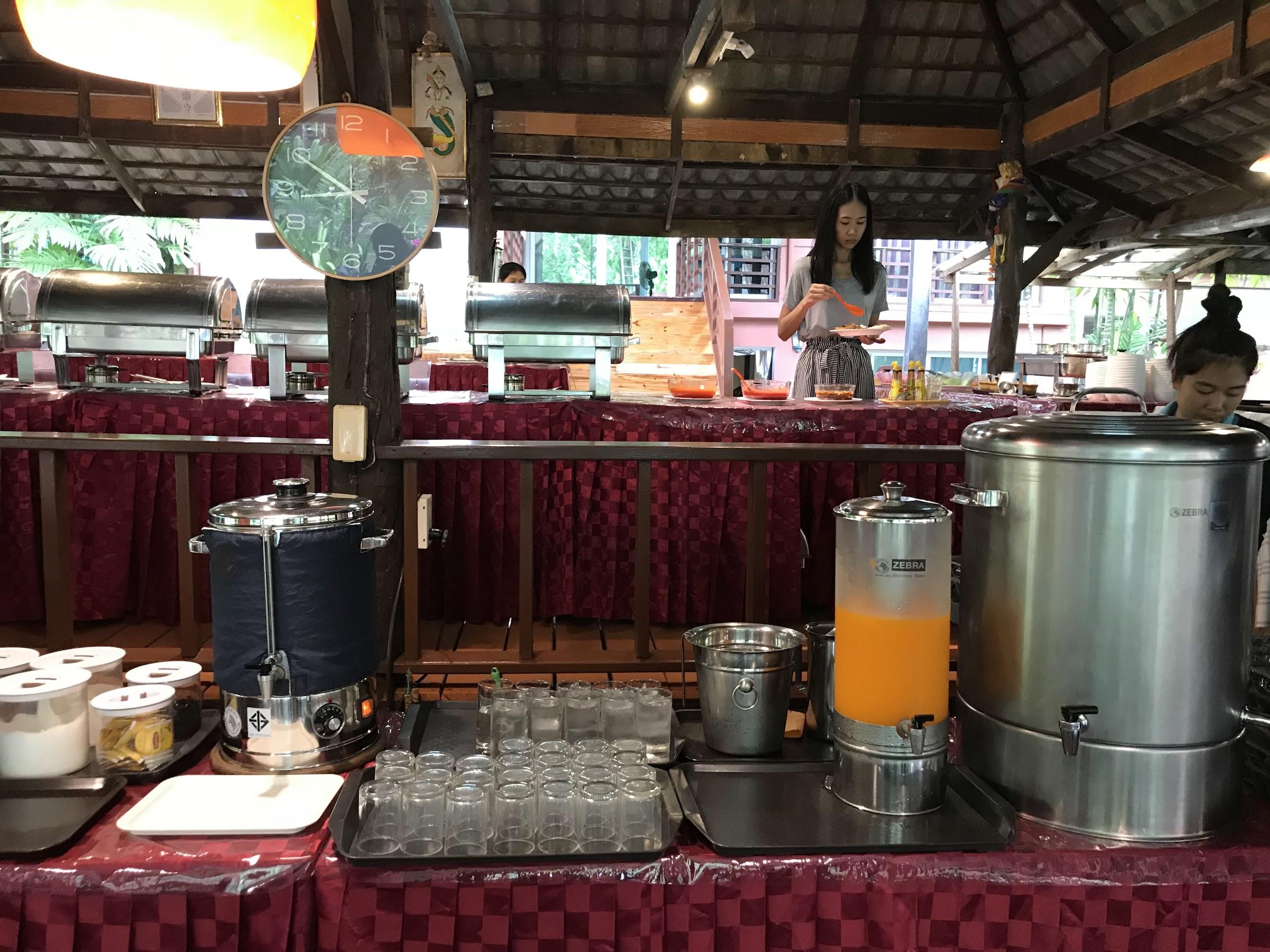 โต๊ะบริการน้ำ ส้ม กาแฟ น้ำเปล่า - อ่าวพร้าว บีช รีสอร์ท