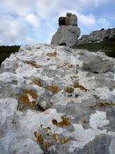 Photo: Un cairn, trait d'union entre le lichen et le ciel.