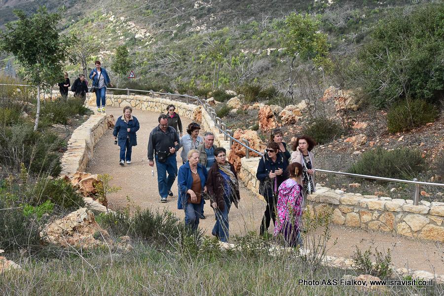 Тропа к мемориалу курсантам, погибшим при пожаре на горе Кармель. Гид по Израилю Светлана Фиалкова.
