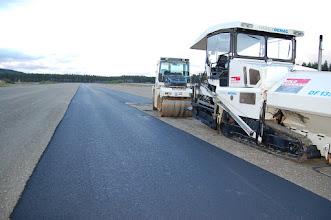 Photo: Ny asfalt legges på Eggemoen