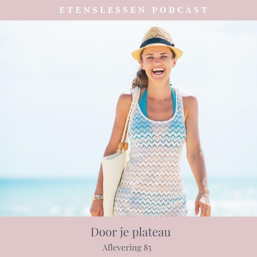 Hele blije vrouw die op het strand is, ze lacht uitgebreid.