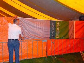 Photo: Ophangen van de spandoeken en vlaggen, en als het niet kan zoals het moet, dan moet het maar zoals het kan.  Op z'n Slands ( Zuidlands): overdwars.